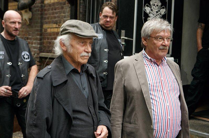 Edwin Bremer (Tilo Prückner, l.) und Günter Hoffmann (Wolfgang Winkler, r.) ermitteln bei verfeindeten Motoradclubs. – Bild: ARD/Kai Schulz