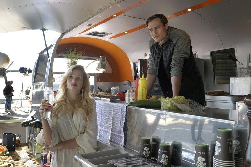 Model Leonie Seiters (Amelie Otto, l.) holt sich bei ihrem Ex-Freund, Caterer Patrick Heise (Christopher Reinhardt, r.), ihr Getr?nk ab. – Bild: ZDF/Katrin Knoke