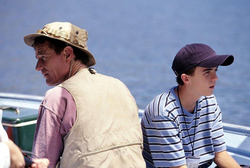 """""""Malcolm mittendrin"""", """"Ein Urlaub mit Mädchen und Fischen."""" Malcolms Familie und Stevies Familie machen gemeinsam Urlaub auf einem Hausboot. Mr. Kenarbans ist nicht der einzige, der diese Art von Urlaub unerträglich findet. Auch Malcolm leidet. Während Stevie und Reese regelmäßig zu einem nahe gelegenen Cheerleader-Mädchencamp paddeln und ihren Spaß haben, muss er langweilige Angelausflüge mit seinem Vater über sich ergehen lassen. Ungeachtet der Konsequenzen schmeißt Malcolm seinen Vater eines Tages über Bord, um die beiden zu begleiten.Im Bild (v.li.): Bryan Cranston (Hal), Frankie Muniz (Malcolm). – Bild: ORF 1"""