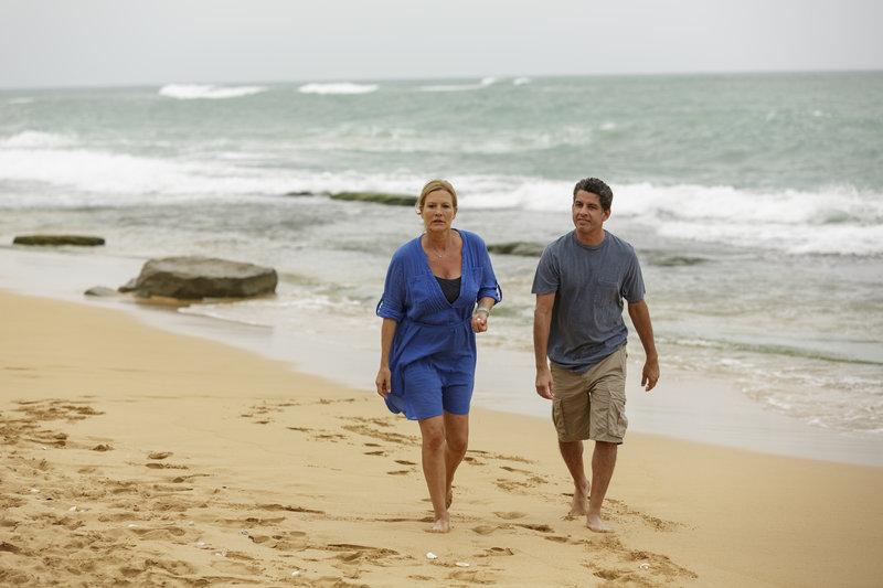 Henris (Suzanne von Borsody, l.) Sorgen um ihre Kinder lassen sie selbst beim Strandspaziergang mit Miguel (Bruno Irizarry, r.) nicht los. – Bild: ZDF