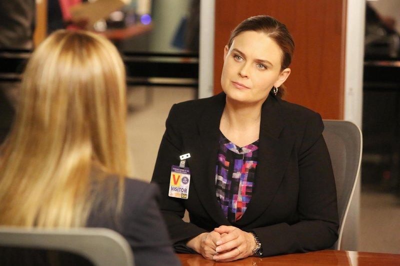Special Agent Grace Miller (Kim Raver, Rückansicht) befragt Brennan (Emily Deschanel) zum plötzlichen Verschwinden ihres Mannes, da dessen Bruder kürzlich tot aufgefunden wurde und er als dringend tatverdächtig gilt. – Bild: RTL