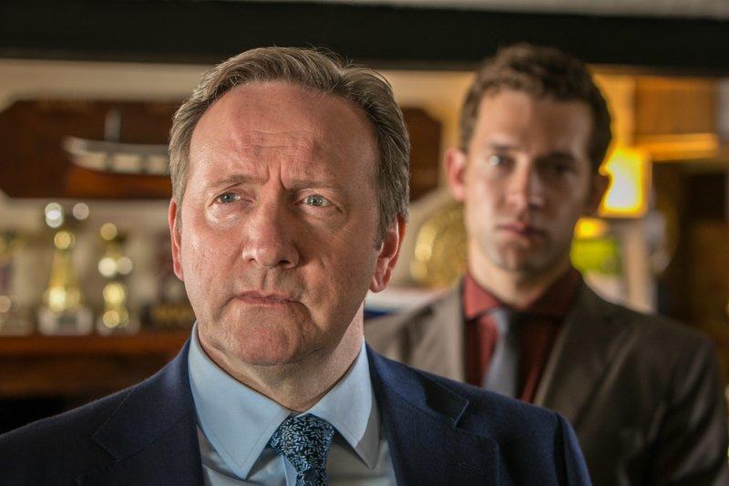 Inspector Barnaby (Neil Dudgeon) und Jamie Winter (Nick Hendrix) recherchieren im Dorfpub. Immer eine reichlich sprudelnde Informationsquelle. – Bild: ZDF und Mark Bourdillon