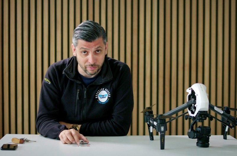 Elwin hat in seinem Leben viele verschiedene Jobs ausprobiert, bevor er seinen Traumberuf – Drohnenpilot – gefunden hat. Heute hat er seine eigene Drohnenflugschule und bildet neue Drohnenpiloten aus. – Bild: arte