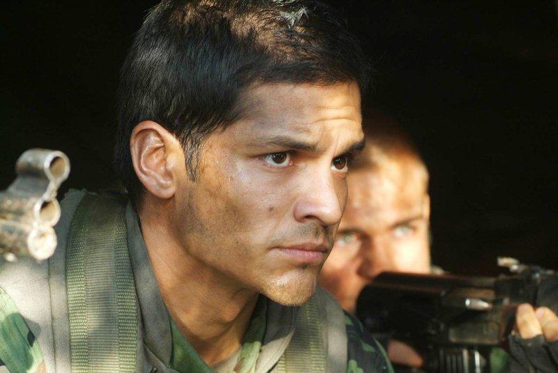 Die Navy Seals unter dem Kommando des knallharten Lieutenant Robert James (Nicholas Gonzalez, li.) springen mit Fallschirmen über nordkoreanischem Territorium ab und müssen sich tief im Feindesland durchschlagen.. – Bild: RTL