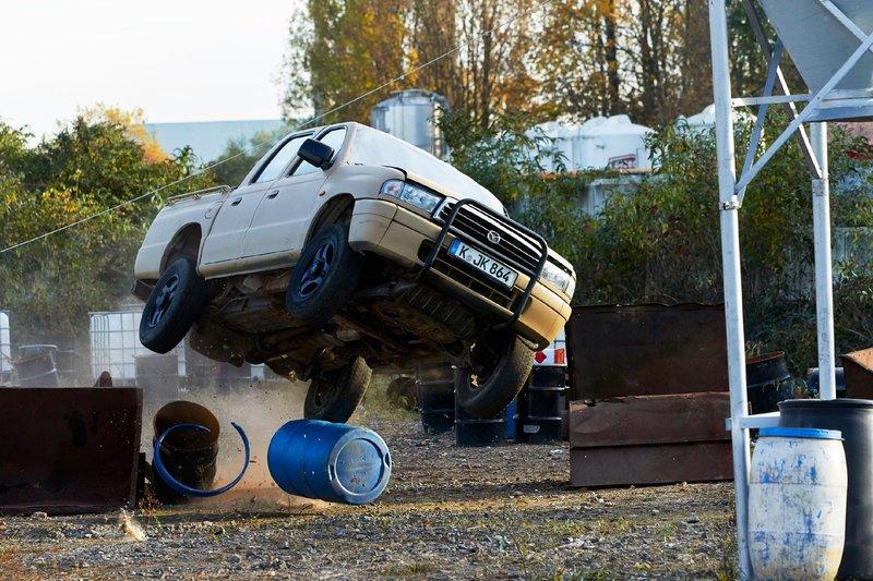 Auf der Flucht crasht der Entführer mit seinem Wagen - in dem auch der angeschlagene Semir sitzt - in einen Tank... – Bild: RTL