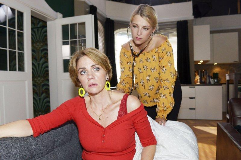 Lilly (Iris Mareike Steen, r.) kann die Krankheitssymptome von Yvonne (Gisa Zach) nicht deuten. – Bild: TVNOW / Rolf Baumgartner