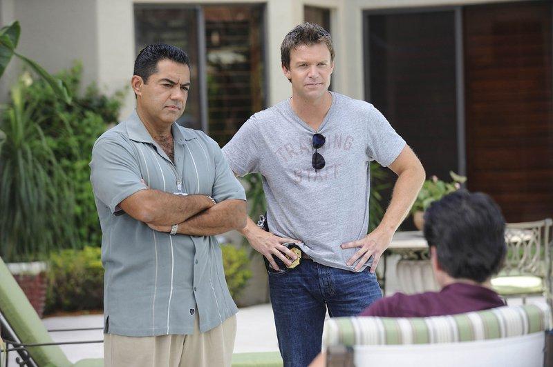 Carlos (Carlos Gómez, l.) und Jim (Matt Passmore) setzen sich über die Anweisungen ihrer Vorgesetzten hinweg und fahren zur Villa des Senators Chapman (Scott Cohen, r.), um ihn und seine Ehefrau zu befragen. – Bild: MG RTL D
