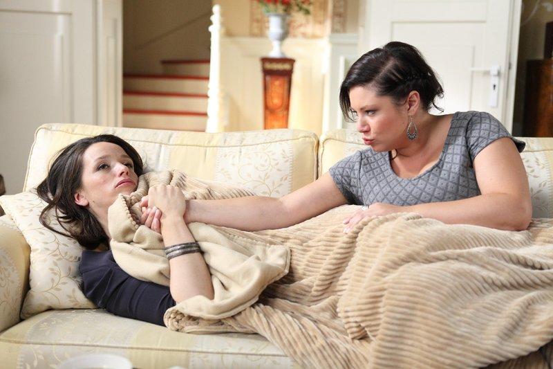 Die schwer erkältete Jenny (Kaja Schmidt-Tychsen, l.) lässt sich von Vanessa (Julia Augustin) trösten und behauptet, darüber froh zu sein, Deniz nicht mehr jeden Tag sehen zu müssen. – Bild: RTL Passion