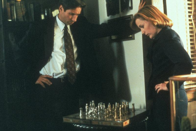 Mulder (David Duchovny, l.) erklärt Scully (Gillian Anderson, r.), warum er nach einer Serie von Selbstmorden und Unglücksfällen in einem Militärkrankenhaus glaubt, ein bestimmtes Mordschema zu erkennen. – Bild: ProSieben MAXX