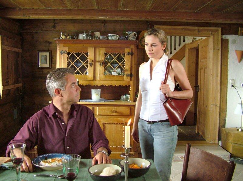 Claudia Schmitt (Susanne Michel) verabschiedet sich von Mark (Florian Fitz) – Bild: MDR/ORF/Manfred Lämmerer