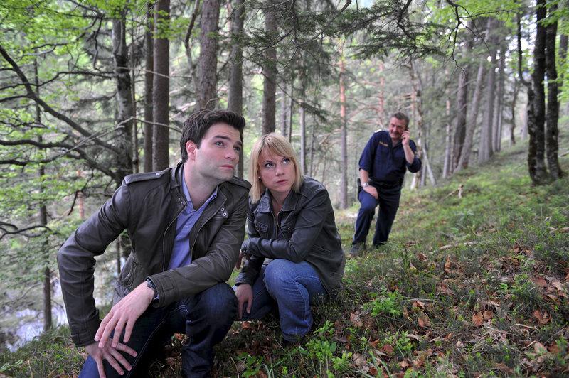 Auf der Suche nach einem unberechenbaren Geiselnehmer: Lukas (Jakob Seeböck, l.), Karin (Kristina Sprenger, M.) und Kroisleitner (Ferry Öllinger, r.). – Bild: ZDF und Bernd Schuller