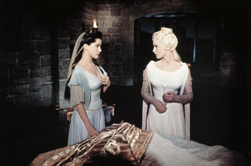 Die Königstöchter Aleta (Janet Leigh) und Ilene (Debra Paget) pflegen den verwundeten Prinz Eisenherz. – Bild: MDR/20th Century Fox