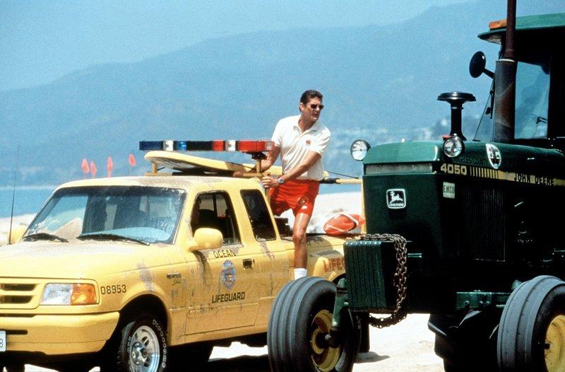 Mitch (David Hasselhoff) sucht den Verursacher eines riesigen Lochs am Strand. – Bild: Nitro.