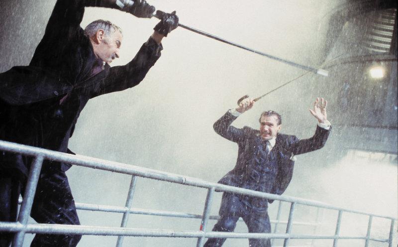 Das diabolische Genie Sir August De Wynter (Sean Connery, l.) hat eine Maschine erfunden, die ihn das Klima beherrschen läßt. Nun droht er, damit die Welt in ein eisiges Inferno zu stürzen, wenn seine Forderungen nicht erfüllt werden. Höchste Zeit für den Secret Service, seinen besten Mann auf den Fall anzusetzen: John Steed (Ralph Fiennes, r.) ... – Bild: Puls 4