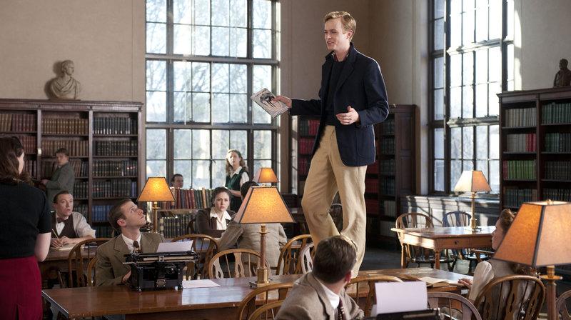 Lucien (Dane DeHaan) hat einen starken Auftritt in der Bibliothek der Uni. – Bild: WDR/Koch Film