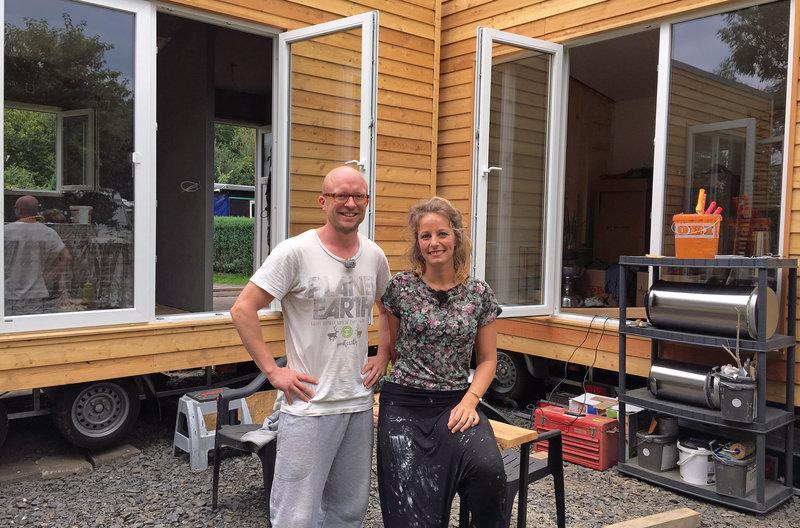 Nadja und Christian ziehen bald in ihre beiden Tiny Häuser ein. – Bild: ZDF und WDR/Marion Försching
