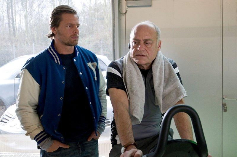 Mick Brisgau (Henning Baum) befragt Carsten Helbrich (Jochen Kolenda) den Chef des toten Thomas Ambach. – Bild: Martin Rottenkolber / Die Verwendung ist nur bei redak / Pro Sieben SAT.1 / © SAT.1