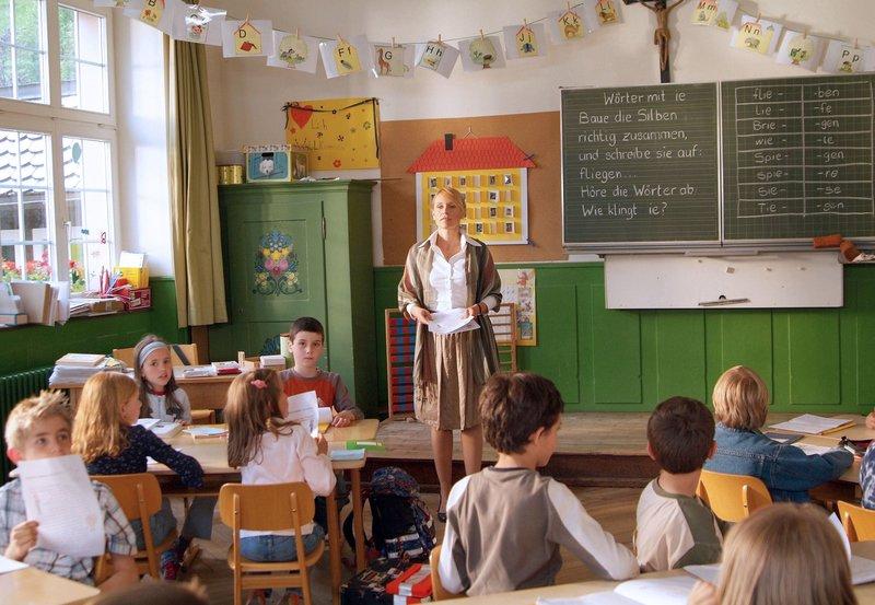 Nach der Trennung von ihrem Mann kehrt die Berliner Lehrerin Anna Wiegand (Anica Dobra) der Großstadt den Rücken, um in einem idyllischen Schwarzwalddorf die Leitung der Grundschule zu übernehmen. – Bild: ZDF und ARD Degeto/Silvie Kühne