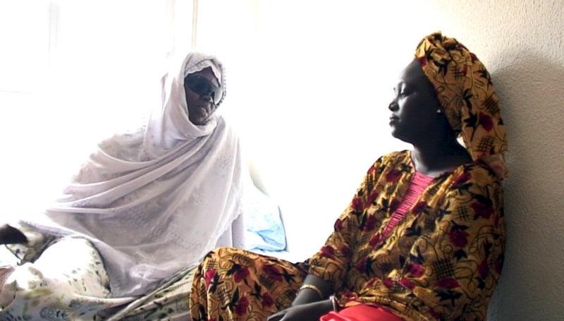 Mame Nogaye Cisse (links) und Marie Gueye (rechts) arbeiten als Putzfrauen im Madrider Prado. Sie haben im Senegal bei der Verlosung von Einreisevisa gewonnen. – Bild: ZDF und Antje Schäfer