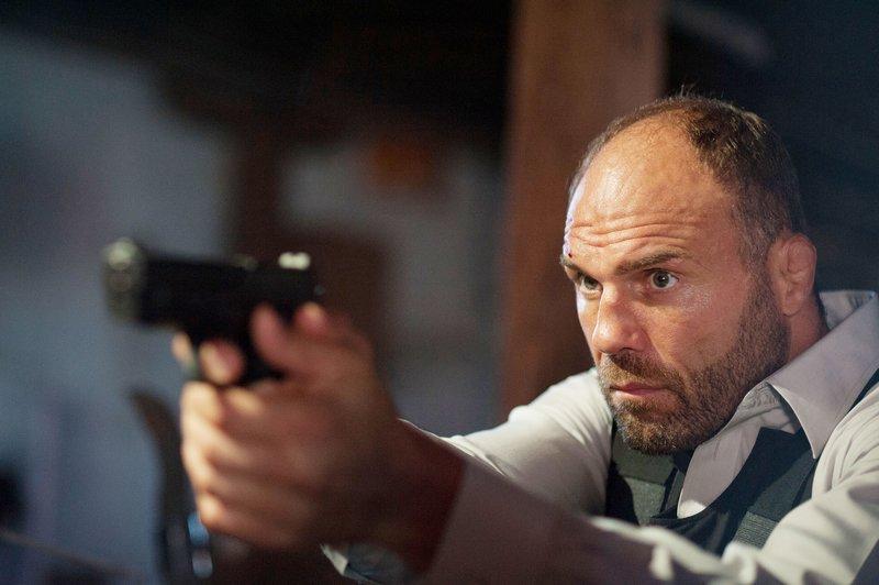 Spezial-Agent Paul Ross (Randy Couture) ist gezwungen, es mit einem der mächtigsten Bandenbosse aufzunehmen, um das Leben der Passagiere und das seiner großen Liebe Olivia zu retten. – Bild: RTL