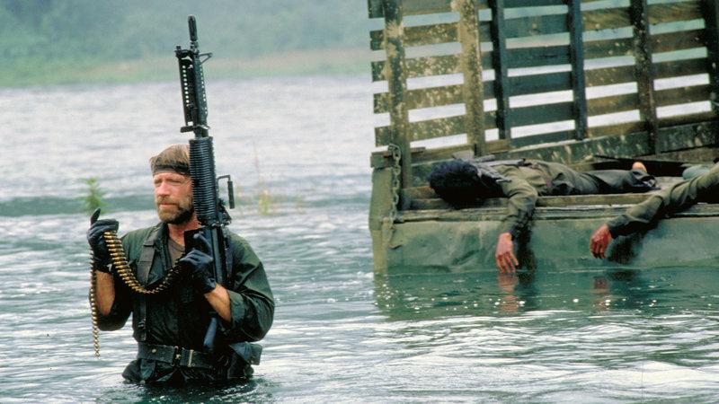 Colonel James Braddock (Chuck Norris), der während des Vietnamkrieges aus einem Gefangenenlager entkommen konnte, kehrt 10 Jahre später nach Vietnam zurück. Er findet heraus, dass im Dschungel noch immer amerikanische Soldaten gefangen gehalten werden, und beschließt, diese auf eigene Faust zu befreien.. – Bild: RTL II