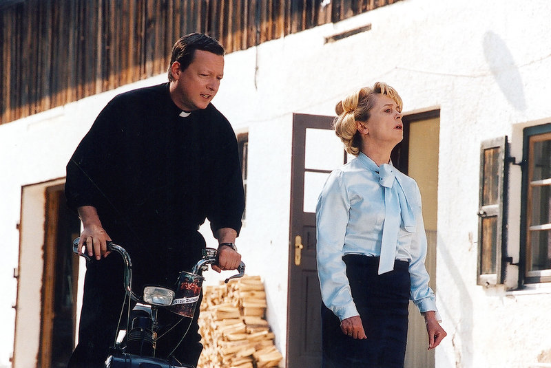 Pfarrer Leonhard Heilmann (Matthias Brandt) und Gisela Sobotta (Gisela Schneeberger). – Bild: Bavaria Film GmbH/BR/Barbara Bauriedl