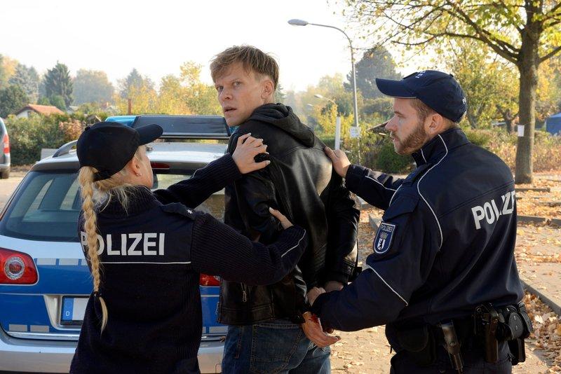 Markus Kramm (Sebastian H¸lk, M.) soll seinen Vater ermordet haben und wird daher von der Polizei mitgenommen. – Bild: Katrin Knoke / ZDF