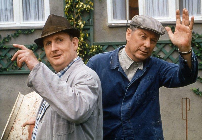 Heinz Becker (Gerd Dudenhöffer, rechts) und sein bester Kumpel, der Maier Kurt (Henning Hoffsten), lassen grüßen. – Bild: SWR/SWR/Telepool