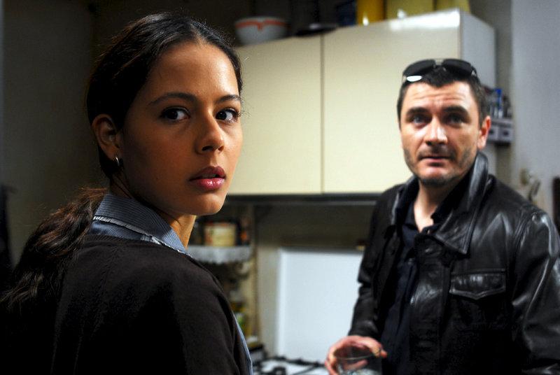 Rosa (Martina García) wird von Àlvaro, dem Sohn ihrer Arbeitgeber (Álex Brendemühl), belästigt, doch sie ahnt, dass jemand über sie wacht. – Bild: ZDF und Pipo Fernández