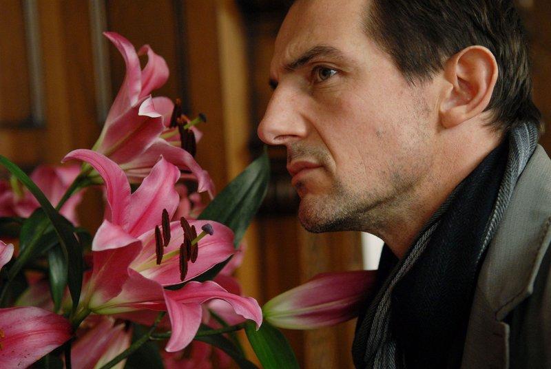 Kommissar Cüpper (Hans-Werner Meyer) riecht am Lilienstrauss in der Villa. Seiner feiner Geruchs- und Geschmackssinn bringt ihn auf die Fährte des Mörders... – Bild: RTL / Willi Weber