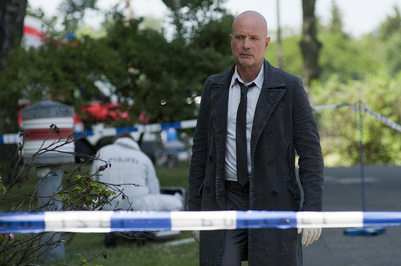 Vor einem Hochhaus wurde die Leiche einer Notfallärztin gefunden. Bruno Schumann (Christian Berkel) ermittelt. – Bild: ZDF und Oliver Feist