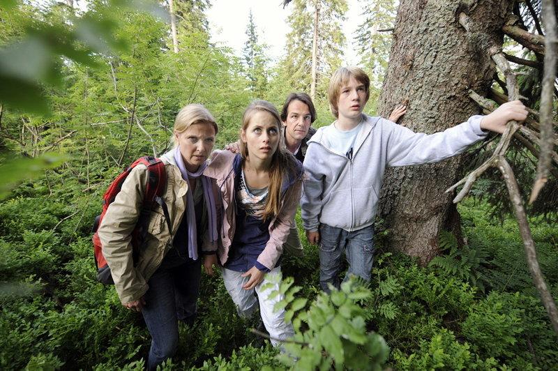 Familie Schiller irrt durch den Bayrischen Wald: Eva Schiller (Katharina Böhm), Nina (Laura Sonntag), Peter (Hans-Werner Meyer) und Jonas (Sven Gielnik) v.li.n.re. – Bild: S1