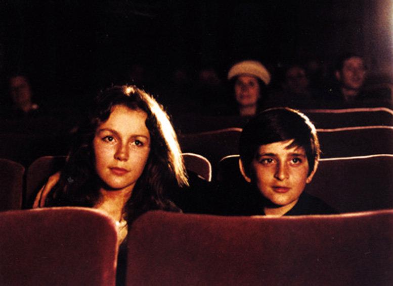 Schon als Kind ist Claude Berri (Alain Cohen) vom Kino begeistert. Als er mit seinen Eltern auf einen Ball geht, trifft er dort ein hübsches Mädchen (Sabine Haudepin) und schleicht sich mit ihr in eine Filmvorführung. – Bild: ARTE France / © Pathé Distribution