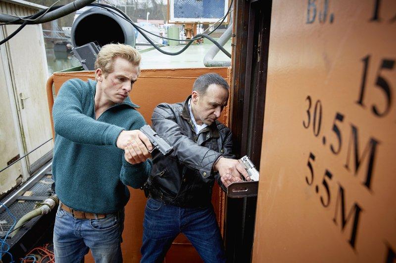 Paul (Daniel Roesner, l.) und Semir (Erdogan Atalay) suchen im Hafen nach dem Unterschlupf der Taschendiebe. – Bild: RTL Crime / Guido Engels