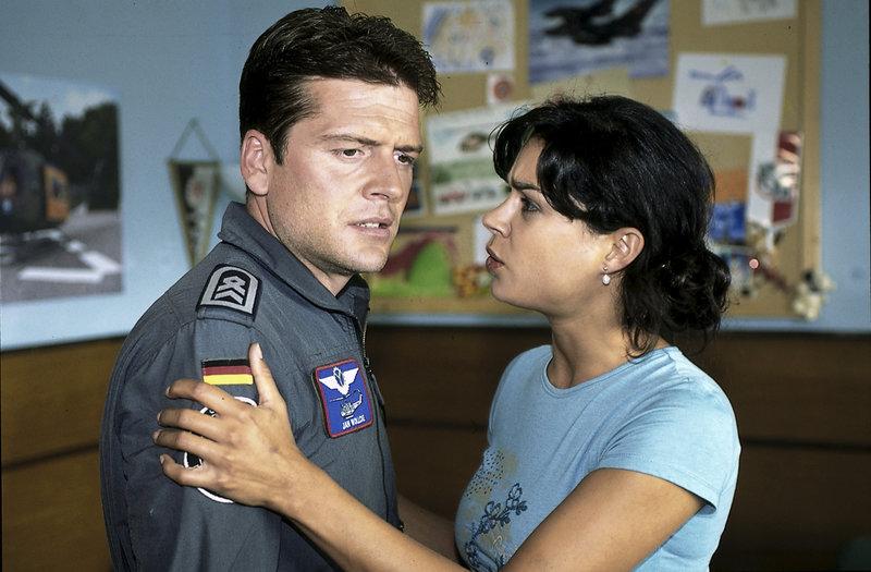Wollcke (Oliver Hörner) fürchtet, dass sein Sohn Richie vernachlässigt wird, wenn Madeleine (Caroline Kiesewetter) eine Ganztagsstelle annimmt. – Bild: ZDF und Boris Laewen