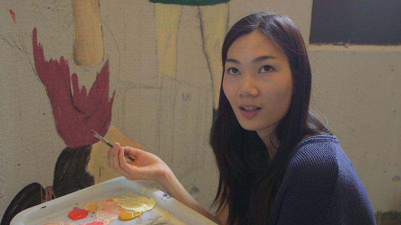 Als sie aus Vietnam flüchtete, hieß sie noch Hai-Yen. Inzwischen trägt sie den Namen Henny und macht das deutsche Abitur. – Bild: BR/Argusfilm