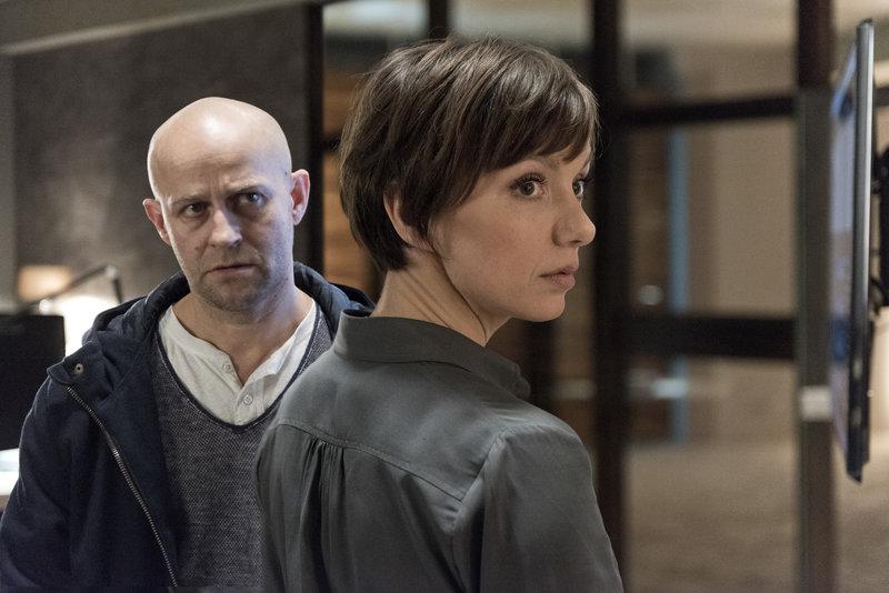 Elena (Julia Koschitz) und Marc (Jürgen Vogel) erhoffen sich durch nächtliches Spionieren in der Bank, Einblicke in Ahrends' Daten. – Bild: ZDF und Martin Valentin Menke