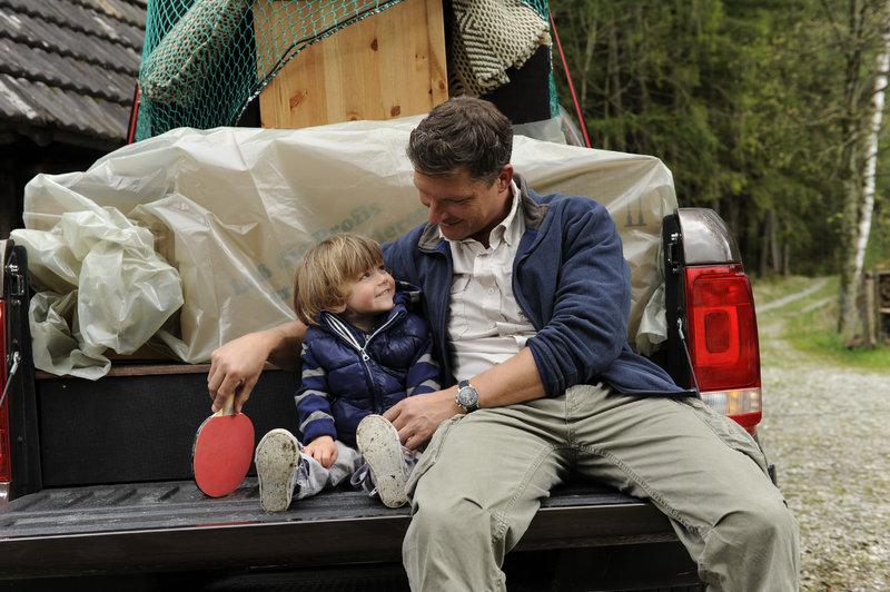 Stefan Leitner (Hardy Krüger jr., r.) und sein Sohn Lukas (Luis Grünler, l.) nehmen Abschied vom alten Forsthaus. – Bild: ZDF