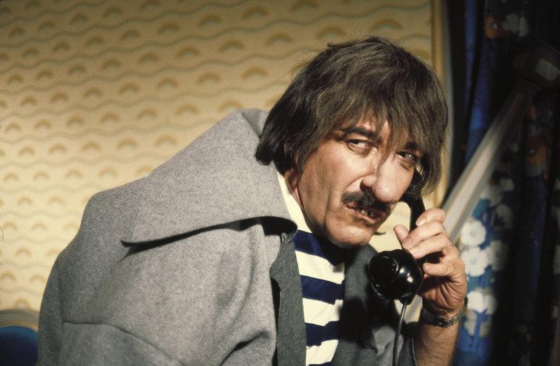 Clouseau (Peter Sellers) überlebt dank einer Fehlfunktion seines Glöckner von Notre Dame-Kostüms zum wiederholten Male einen Bombenanschlag von Dreyfus. – Bild: Tele 5