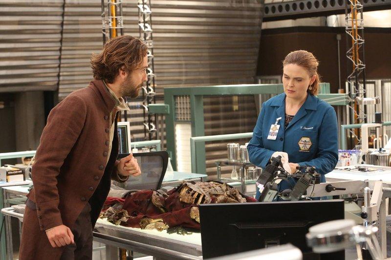 Agent Crane (Tom Mison) erzählt Brennan (Emily Deschanel) von seiner Vermutung, dass es sich bei dem kopflosen Mann um einen englischen Soldaten handelt, der im Kampf gestorben ist. – Bild: RTL / FOX