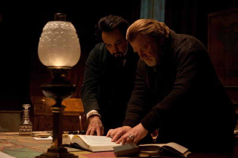 Zusammen versuchen Edgar Allan Poe (John Cusack, l.) und Captain Charles Hamilton (Brendan Gleeson, r.) dem Mörder auf die Spur zu kommen. – Bild: ZDF und Larry D. Horricks
