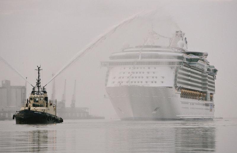 """Im Jahr 2008 wurde der Luxusliner """"Independence of the Seas"""" als der größte seiner Art vorgestellt. Mit seinen 18 Stockwerken wiegt er so viel wie 430 Jumbo-Jets und bietet an Bord Platz für 4.300 Passagiere. Die dürfen sich auf ein 5-Sterne-Verwöhnprogramm einstellen. – Bild: sbw-photo Lizenzbild frei"""