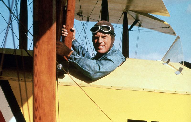Wo Kriegsveteran Waldo Pepper (Robert Redford) hinkommt, gibt es eine Flugshow für ein paar Dollar - und seine Heldengschichten gratis dazu. – Bild: HR/Degeto/NBC Universal