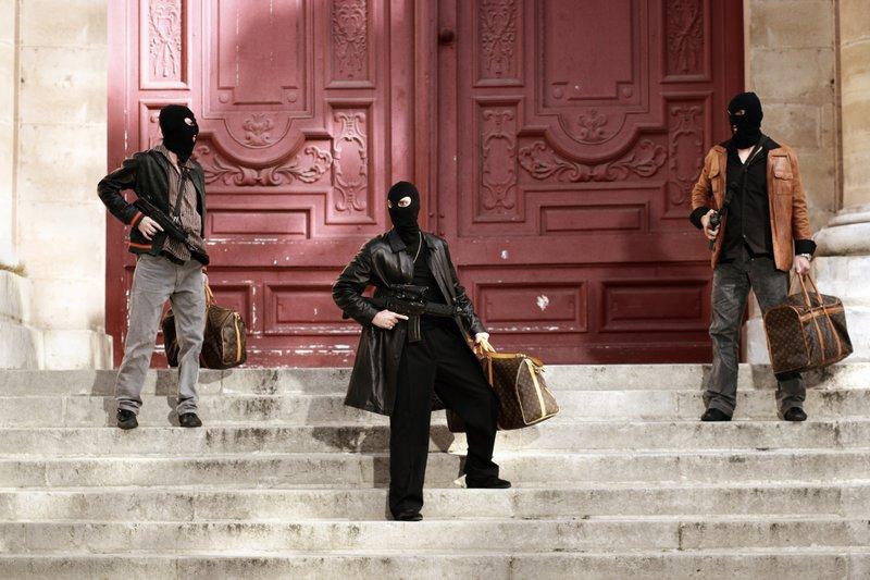 Als die drei Bankräuber Pera (Guillaume Verdier, l.), Kiko (Jalil Naciri, M.) und Gilles (Gilles Bellomi) mit ihrer Beute die Bank verlassen, müssen sie zu ihrem Entsetzen feststellen, dass der Fluchtwagenfahrer Titi verschwunden ist. – Bild: RTL
