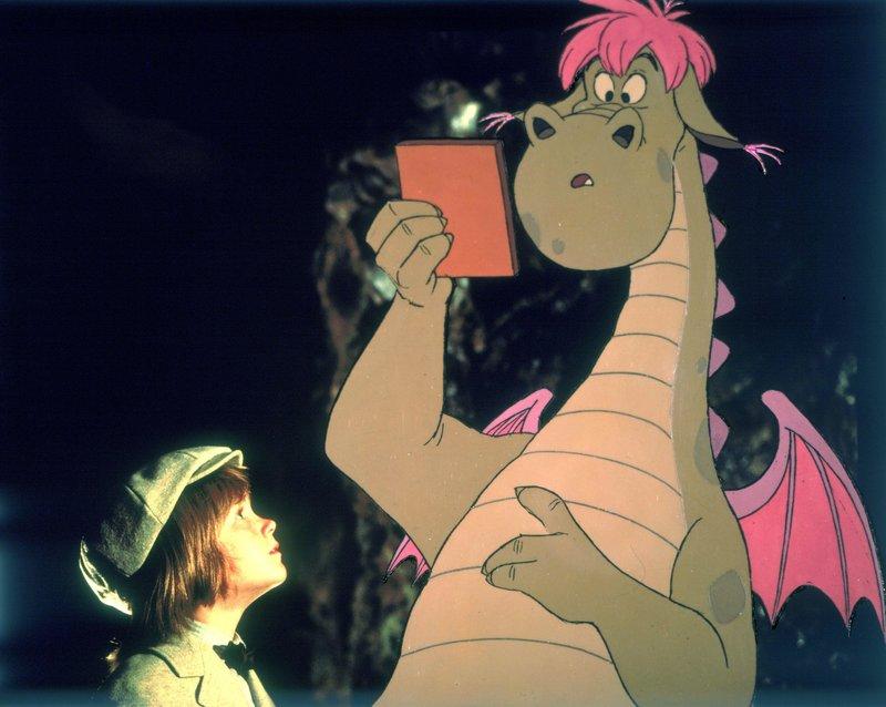 Auf seiner Flucht lernt Pete (Sean Marshall) Elliott kennen. Im wahrsten Sinne des Wortes ein drachenstarker Kerl. – Bild: Disney Channel