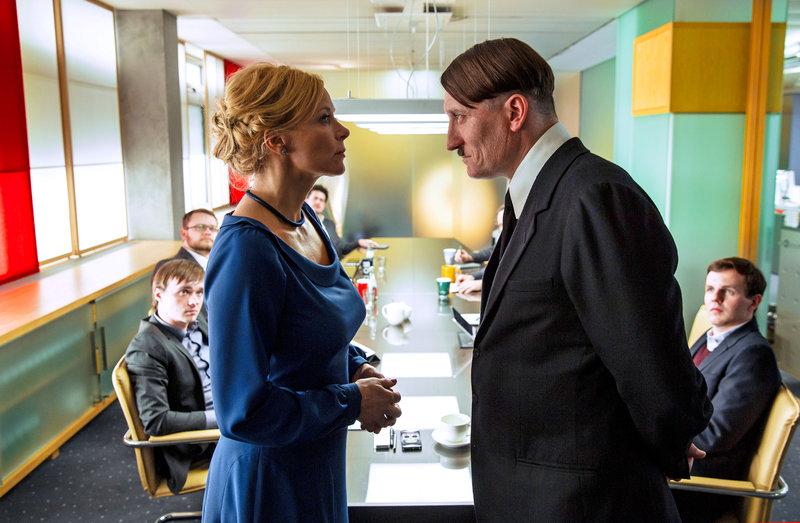 Katja Bellini (Katja Riemann), Adolf Hitler (Oliver Masucci). – Bild: Constantin Film Verleih GmbH