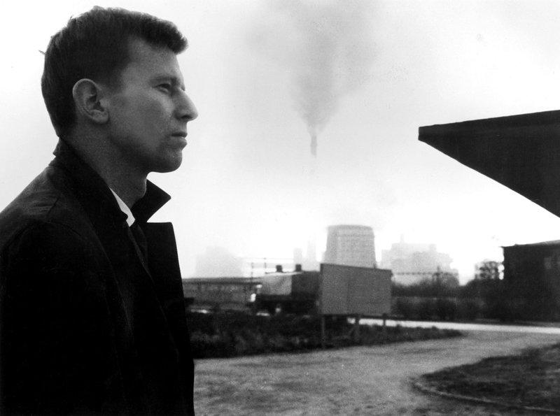 Der ostdeutsche Chemiker Manfred Herrfurth (Eberhard Esche) entscheidet sich eine Woche vor dem Bau der Mauer für den Umzug nach West-Berlin. – Bild: rbb/Progress/Werner Bergmann
