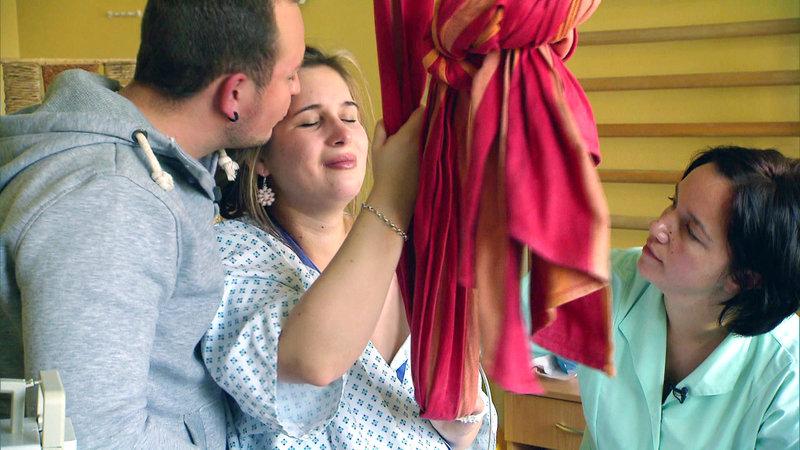 Da Christin bereits 6 Tage über ihrem errechneten Entbindungstermin ist und unter Schwangerschaftsbeschwerden leidet, wird die Geburt eingeleitet. – Bild: RTL II