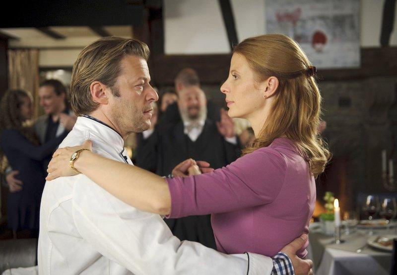 Als sämtliche Gäste zu tanzen beginnen, lässt auch Frank (Roland Koch) es sich nicht nehmen, seine Frau Linda (Julia Jäger) aufzufordern. – Bild: HR/Degeto/Willi Weber