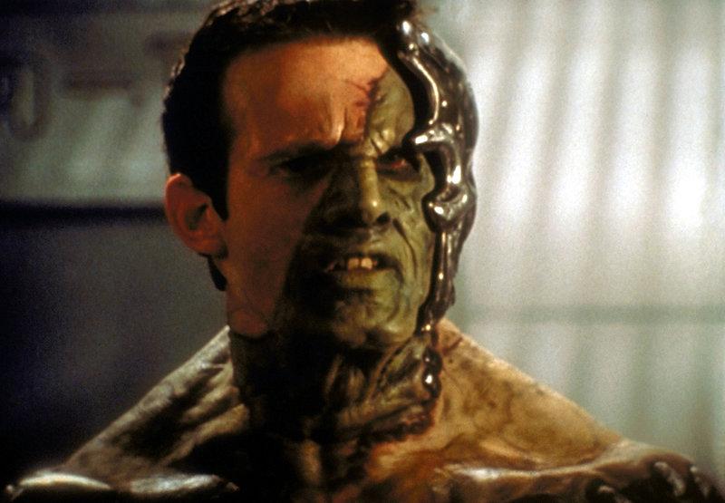 Ein neuer Feind taucht in Sunnydale auf - teils Mensch, teils Dämon, teils Maschine. Er heißt Adam (George Hertzberg) und scheint unbesiegbar zu sein. – Bild: sixx
